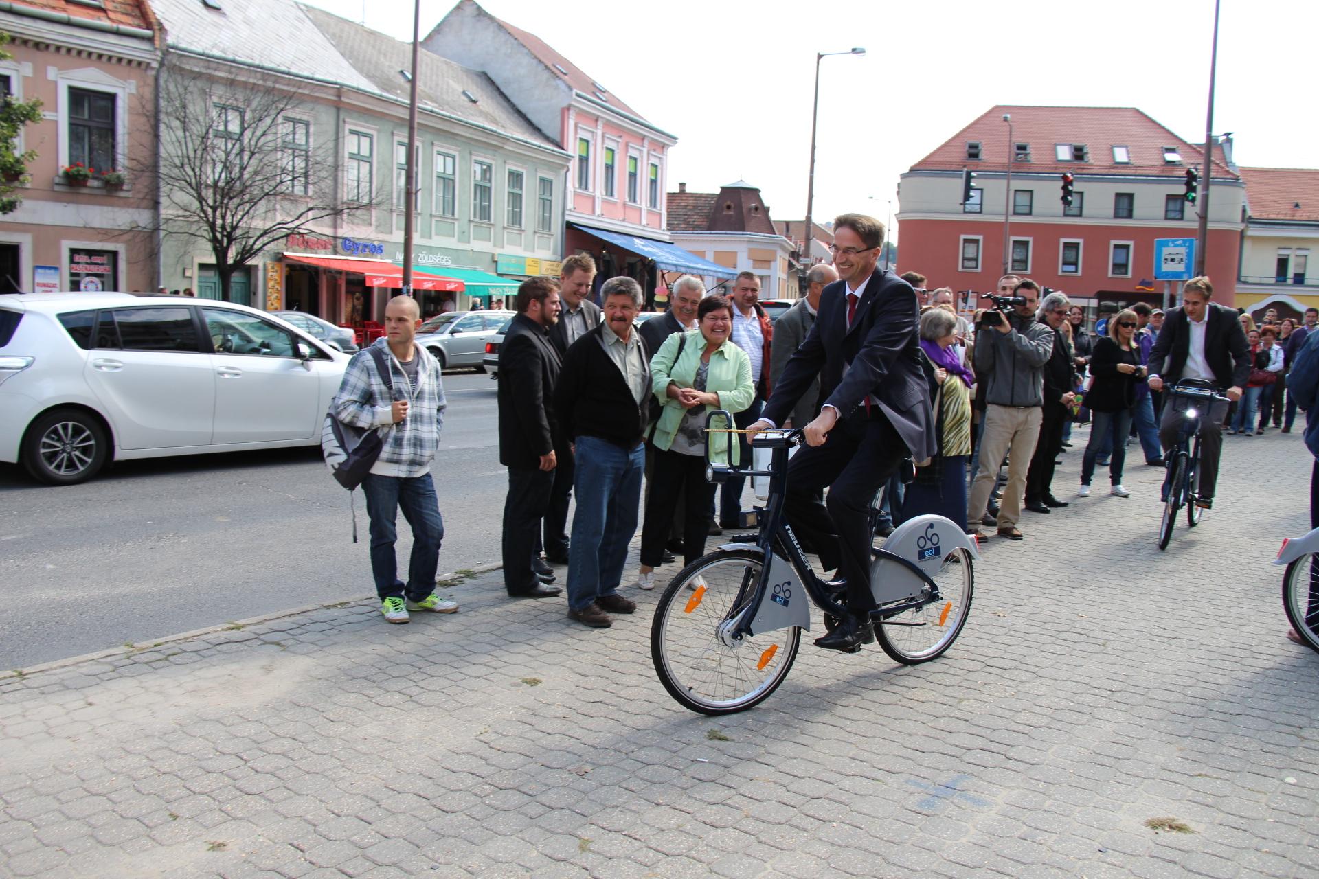 Völner Pál államtitkár fel is avatta az esztergomi közbringa rendszert
